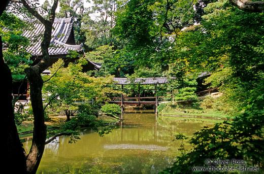 Kyoto-temple-garden.jpg