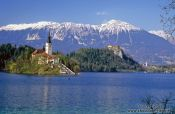 Island with church and Bled Castle with Blejsko jezero (Bled lake) and the Slovenian Alps in the background, Slovenia