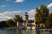 Lake in Madrid�s Retiro recreational park, Spain