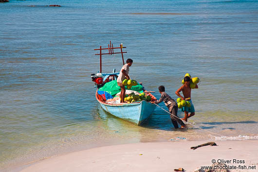 Unloading coconuts at Sihanoukville´s Ochheuteal beach