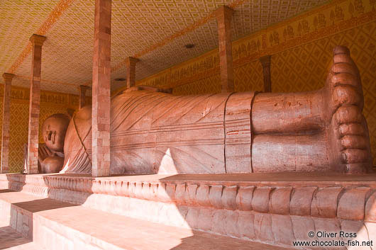 Giant reclining Buddha at the Vipassara Dhara Buddhist Centre near Odonk (Udong)