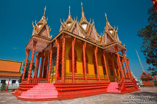 Candy-coloured temple near Odonk (Udong)