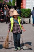 Travel photography:Cleaning the streets of Dali, China