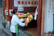Travel photography:Making candy in Lijiang, China