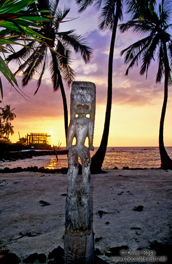 Tiki at Pu`uhonua o Honaunau during sunset