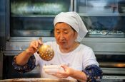 Travel photography:Selling food to the workers at Tokyo´s Tsukiji fish market, Japan