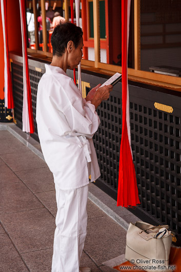 Woman praying at Kyoto´s Inari shrine
