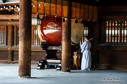Sounding the drum at Tokyo´s Meiji shrine