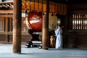 Travel photography:Sounding the drum at Tokyo´s Meiji shrine, Japan