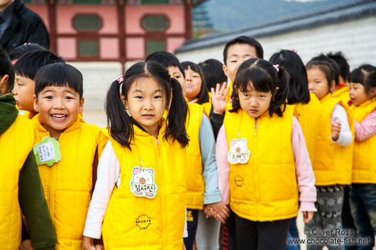 School childern on their way to the Gyeongbokgung palace
