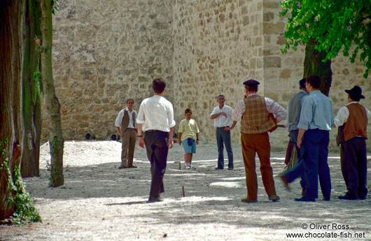 "Men passing their time playing ""jogo de malha"""