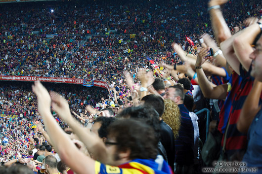 The spectators honour Messi after the 1:0 goal