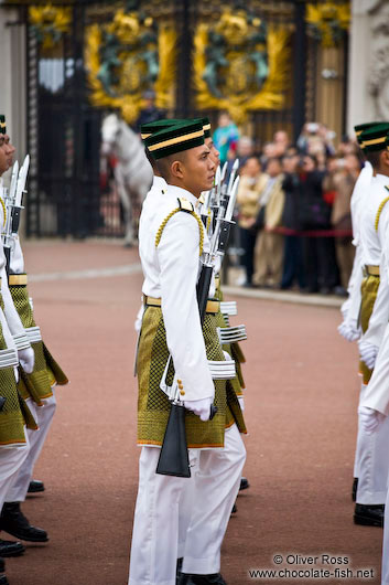 Soldiers parading outside London´s Buckingham palace